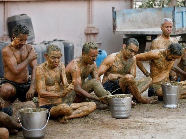 Người dân Ấn Độ ồ ạt dùng phân bò, nước tiểu bò như 'thuốc thánh' để chữa bệnh Covid-19, bác sĩ lên tiếng