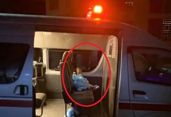 Nhiễm nCov, em bé 2 tuổi một mình co ro trong xe cấp cứu và lời dỗ dành cay xè mắt: 'Con ngoan, lát chú chở đi gặp ba'