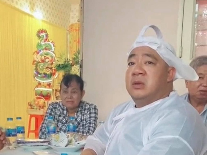 Tang lễ nghệ sĩ Đức Lang: Hiếu Hiền thất thần 'bố ra đi không kịp nói lời trăng trối', dàn sao Việt đến viếng từ sớm