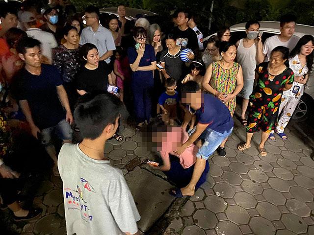 Vụ bé gái 4 tuổi rơi từ tầng cao chung cư: Mẹ liên tục gào thét, khóc ngất gọi tên con 'Mọi người ơi trả lại con cho em'