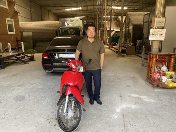 Vụ người đàn ông 'dừng xe nhặt tiền' gây tai nạn: Chủ xe ô tô không bắt đền mà còn tặng tiền và xe máy cho người tông mình