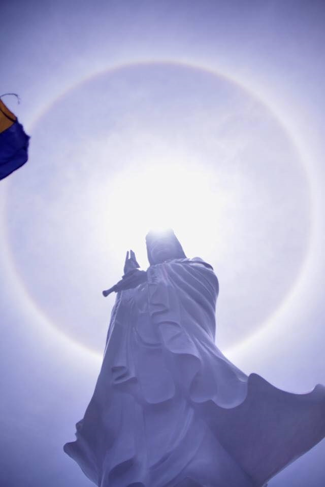 2 cầu vồng bao quanh mặt trời giữa đại lễ Phật Đản Huế - Ảnh 1