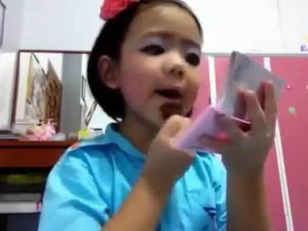 Trẻ tiểu học mê trang điểm - Ảnh 1