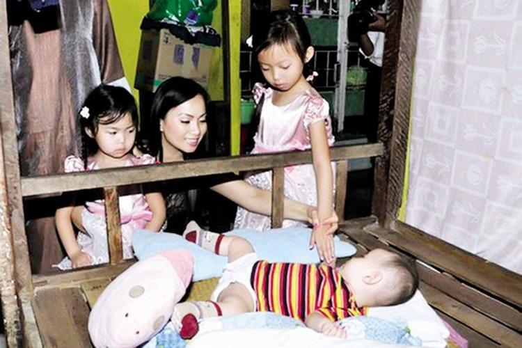 Lộ những hình ảnh hiếm hoi về hai cô con gái 'lá ngọc cành vàng' luôn được Hà Phương giấu kĩ - Ảnh 7