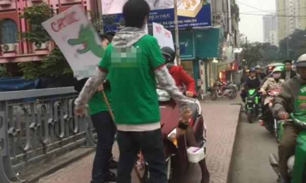 Clip: Bị chặn đường vì lao xe lên vỉa hè, người phụ nữ đập rơi biển quảng cáo của nhóm thanh niên - Ảnh 2