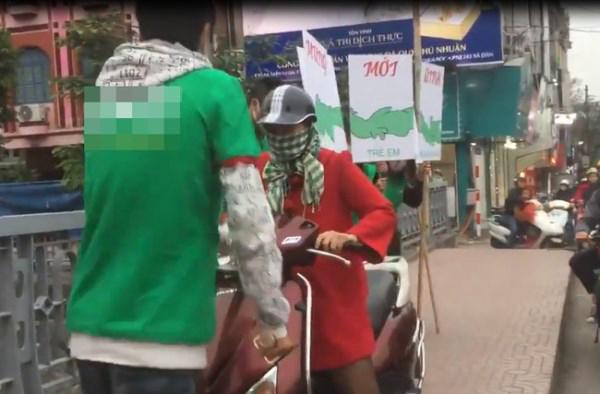 Clip: Bị chặn đường vì lao xe lên vỉa hè, người phụ nữ đập rơi biển quảng cáo của nhóm thanh niên - Ảnh 1