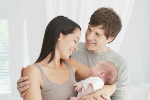 Lý do các bà mẹ hay ôm con bên trái - Ảnh 1
