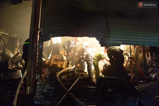Hà Nội: Cháy lớn trên đường Tam Trinh, huy động hơn 30 chiến sĩ và 10 xe chữa cháy dập lửa - Ảnh 10