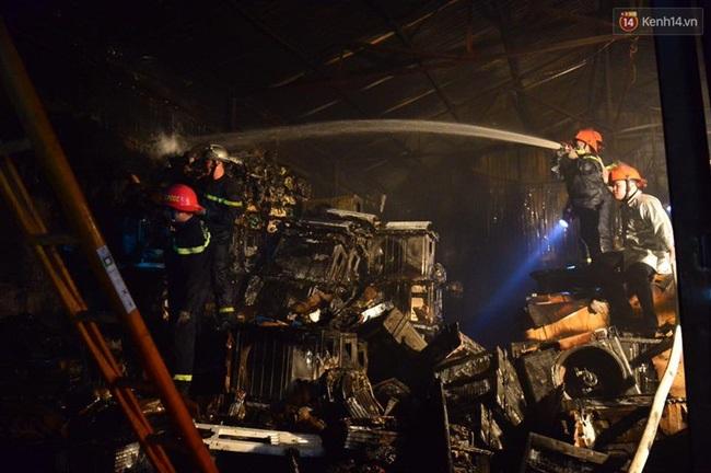 Hà Nội: Cháy lớn trên đường Tam Trinh, huy động hơn 30 chiến sĩ và 10 xe chữa cháy dập lửa - Ảnh 11