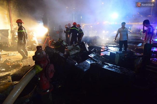 Hà Nội: Cháy lớn trên đường Tam Trinh, huy động hơn 30 chiến sĩ và 10 xe chữa cháy dập lửa - Ảnh 2