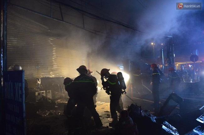 Hà Nội: Cháy lớn trên đường Tam Trinh, huy động hơn 30 chiến sĩ và 10 xe chữa cháy dập lửa - Ảnh 3