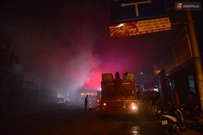Hà Nội: Cháy lớn trên đường Tam Trinh, huy động hơn 30 chiến sĩ và 10 xe chữa cháy dập lửa - Ảnh 4