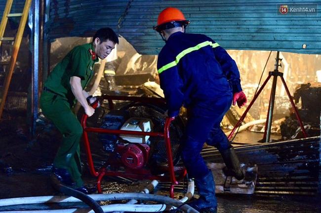 Hà Nội: Cháy lớn trên đường Tam Trinh, huy động hơn 30 chiến sĩ và 10 xe chữa cháy dập lửa - Ảnh 8