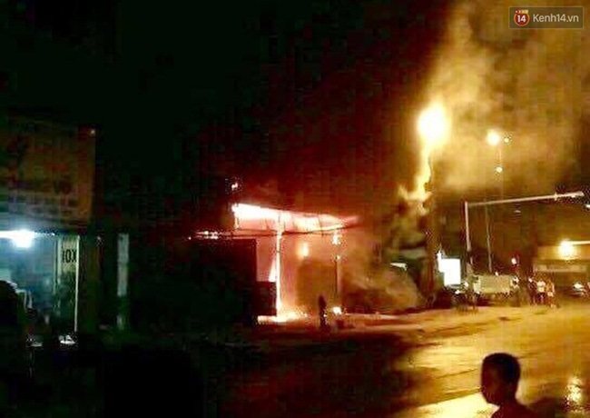Hà Nội: Cháy lớn trên đường Tam Trinh, huy động hơn 30 chiến sĩ và 10 xe chữa cháy dập lửa - Ảnh 1