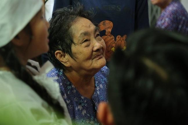 Mẹ nghệ sĩ Khánh Nam: 'Lúc vuốt mặt nó, tôi định rầy vì tội không nghe lời' - Ảnh 8