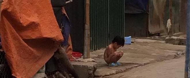 Người mẹ lý giải việc để con gái 3 tuổi không mặc quần áo đứng giữa trời mưa rét - Ảnh 2