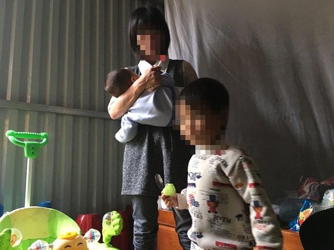 Người mẹ lý giải việc để con gái 3 tuổi không mặc quần áo đứng giữa trời mưa rét - Ảnh 3