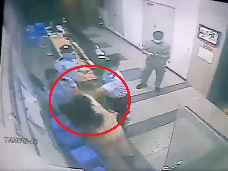 Một phụ nữ hành hung bảo vệ chung cư ở TP.HCM khi bị nhắc nhở đeo khẩu trang - Ảnh 2