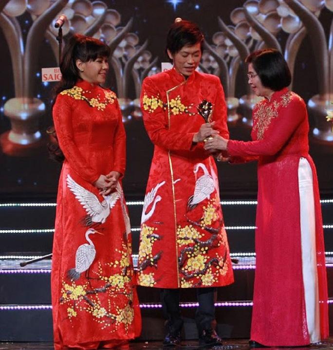 Giữa 'bão thị phi' với bà Phương Hằng, vợ cũ Bằng Kiều tiết lộ Hoài Linh nổi tiếng là nhờ sự giúp đỡ của cô - Ảnh 2