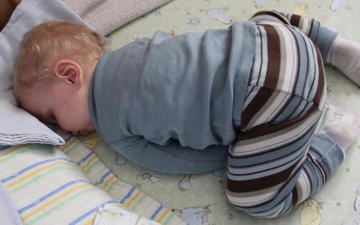 Con mà cứ ngủ theo 3 tư thế này bảo sao lại bị thấp còi 'gầy trơ xương', mẹ nhìn thấy thì phải sửa ngay - Ảnh 1