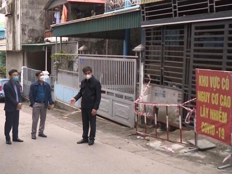 Quảng Ninh: Phát hiện 2 bố con mắc Covid-19, một trường cấp 3 cho học sinh nghỉ học khẩn cấp