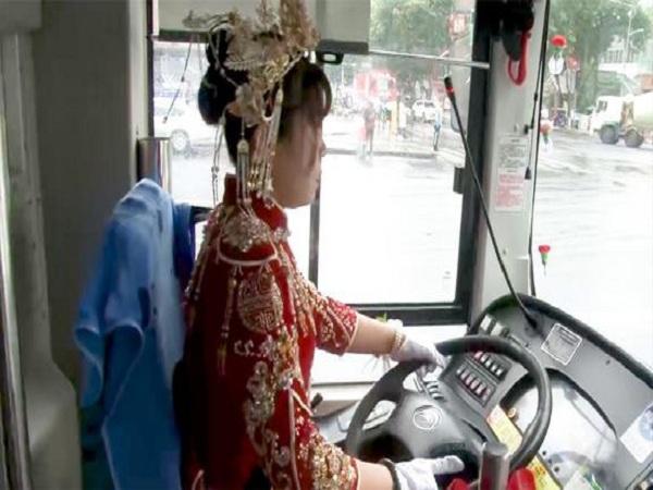 Cảnh tượng có 1-0-2, cô dâu trang trí xe buýt thành xe cưới rồi tự lái xe buýt đưa người thân và bạn bè đến dự đám cưới 'gây sốt'