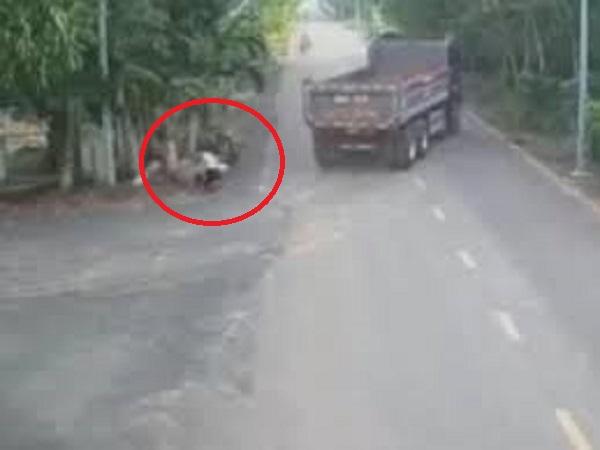 Tài xế xe máy ngã cắm đầu xuống đất vì tông phải ô tô tải, cộng đồng mạng tranh cãi 'sôi nổi' ai đúng ai sai?