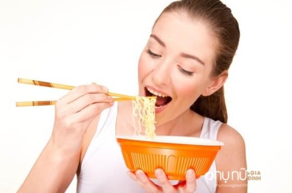 Thật kinh khủng, đây là những gì xảy ra bên trong cơ thể khi bạn ăn mì gói - Ảnh 1