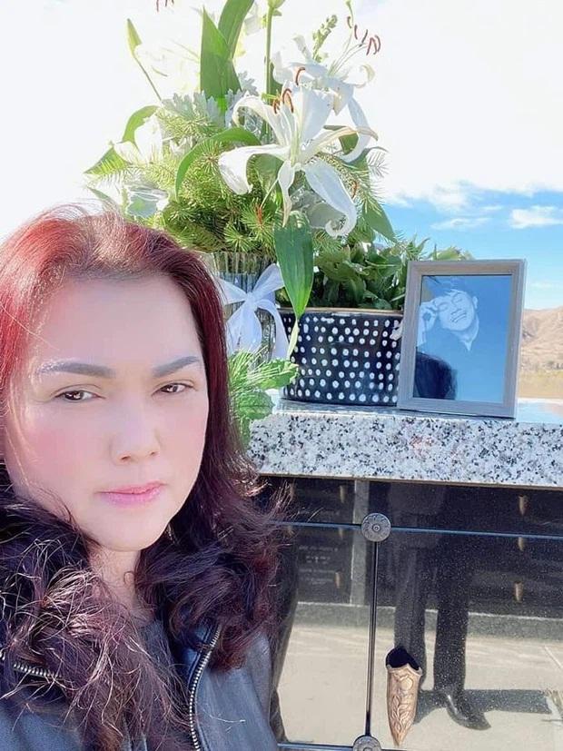 Ca sĩ Phương Loan gây xúc động với nụ hôn dành cho cố NS Chí Tài - Ảnh 2