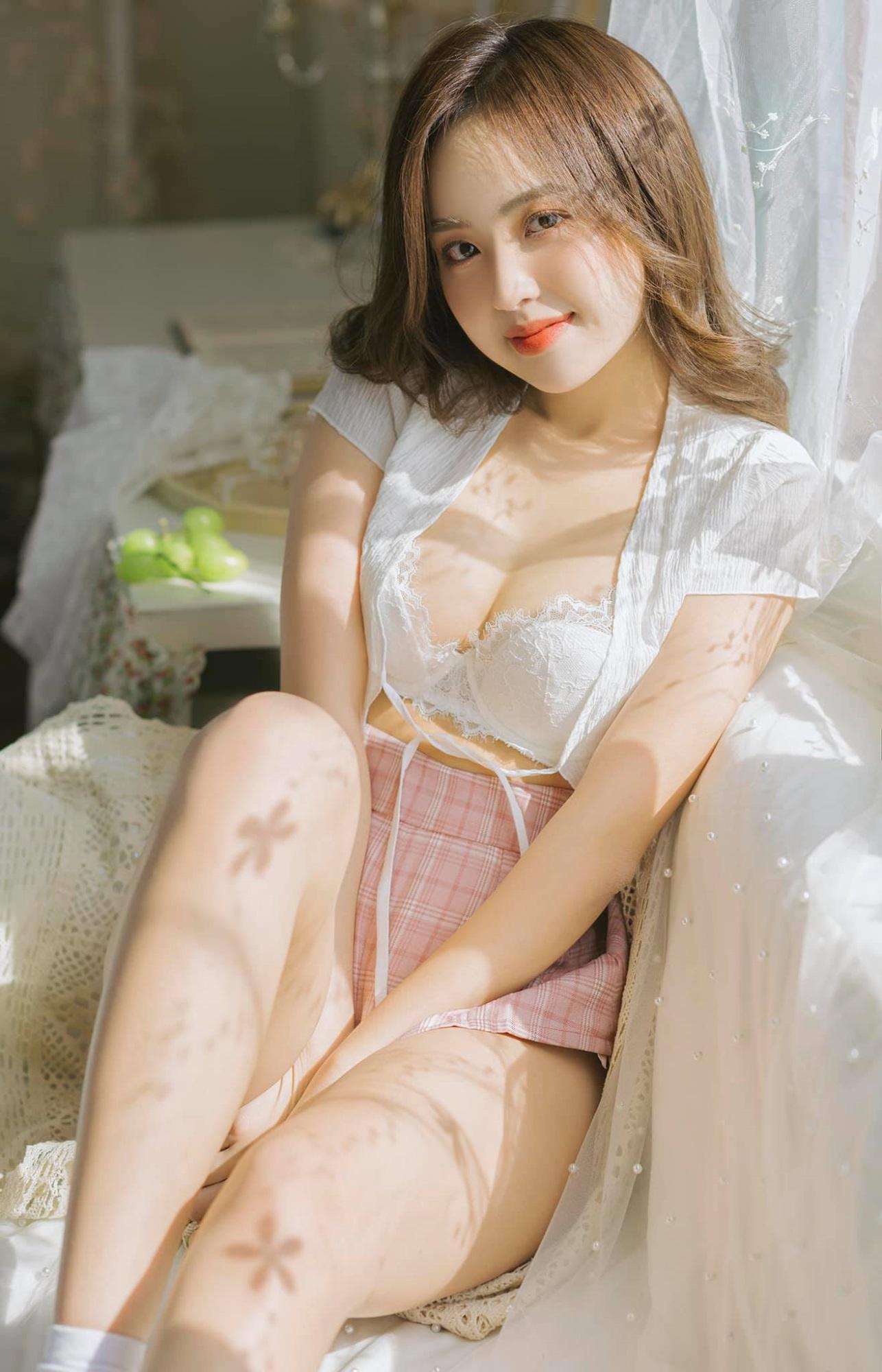 Nàng hotgirl Việt 'thả dáng' nửa kín nửa hở trước ống kính, đốn tin dân mạng sau nghi vấn lộ clip nhạy cảm - Ảnh 2