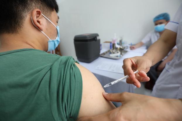 Tiêm đủ 2 mũi vắc xin có bị mắc COVID-19 nữa không? Nếu mắc thì sức khoẻ sẽ ra sao? - Ảnh 1
