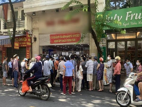 Người dân vi phạm giãn cách, chen chân xếp hàng dài mua bánh trung thu, Hà Nội lập tức yêu cầu tạm đóng cửa một số tiệm