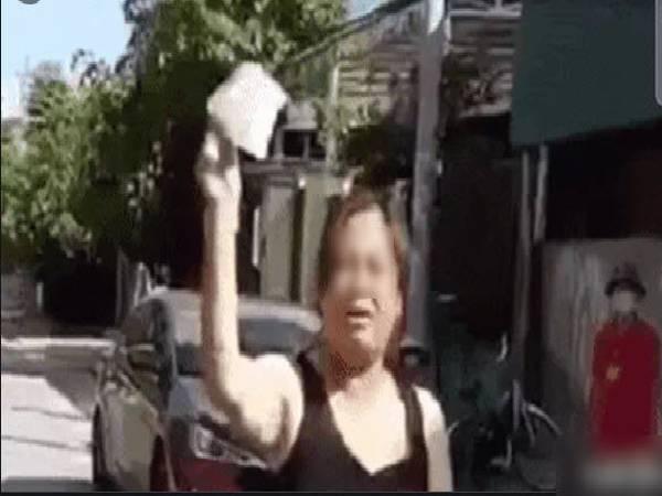 Người phụ nữ không đeo khẩu trang ra đường làm loạn, tuyên bố 'bịt khẩu trang mới bị Covid-19'