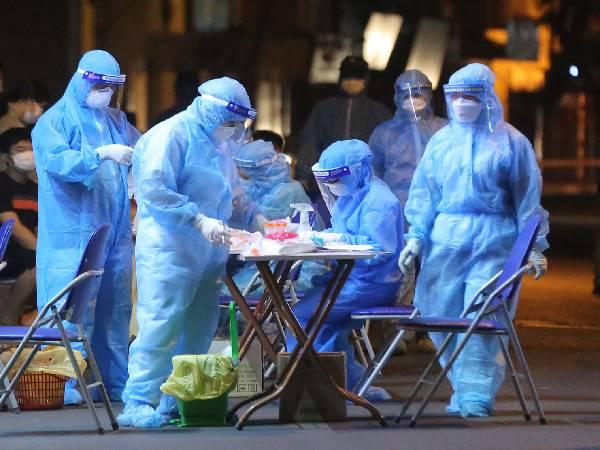 NÓNG: Nhân viên y tế đã tiêm 2 mũi vắc xin vẫn mắc Covid-19, hàng trăm người tiêm vắc-xin phải xét nghiệm