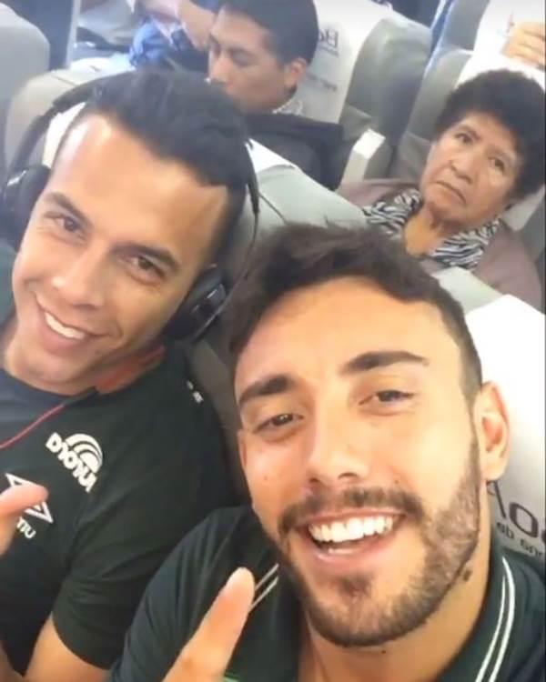 Ngồi cạnh nhau, 2 cầu thủ đội bóng đá Brazil may mắn thoát chết trong vụ tai nạn máy bay - Ảnh 1