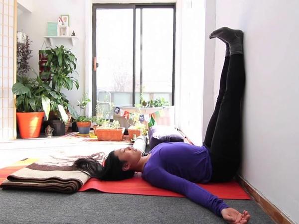 5 tác dụng bất ngờ của bài tập dựa chân vào tường: Giảm đau, đánh bay mỡ bụng