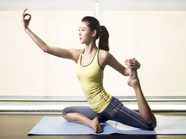 6 bài tập yoga đánh bay mỡ bụng cho các cô nàng mê ăn đêm, nghiền trà sữa