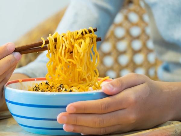Ăn mì gói lúc đói, người phụ nữ phát hoảng khi nhìn thấy những thứ trong dạ dày