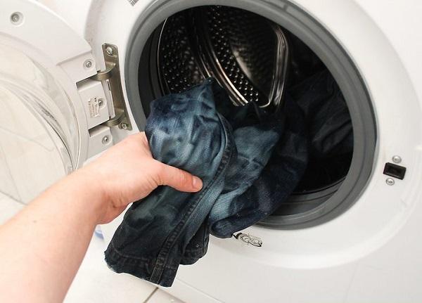 Những mẹo hay giúp quần jean luôn mới và bền màu như vừa mua về - Ảnh 2