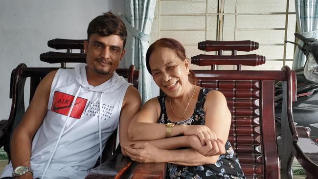 Bà Nguyễn Thị Hoa cùng chồng trẻ 24 tuổi. Ảnh: FBNV.