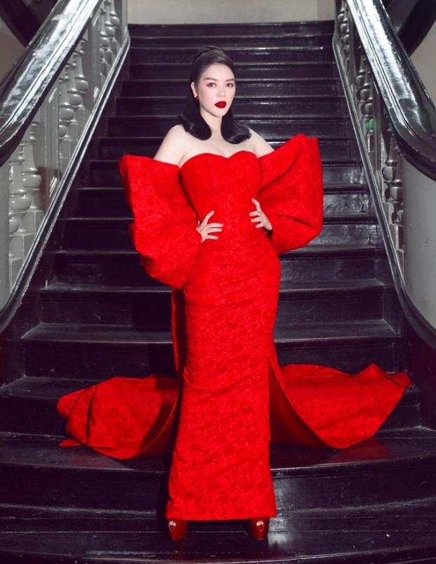 Sao Việt diện đầm đỏ đầu năm: Đỗ Thị Hà khoe chân dài 1m1, Ngọc Trinh mắc lỗi trang điểm - Ảnh 2