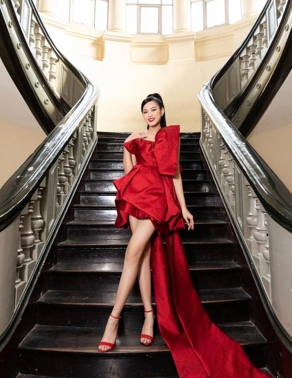 Sao Việt diện đầm đỏ đầu năm: Đỗ Thị Hà khoe chân dài 1m1, Ngọc Trinh mắc lỗi trang điểm - Ảnh 3