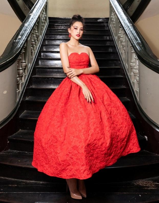 Sao Việt diện đầm đỏ đầu năm: Đỗ Thị Hà khoe chân dài 1m1, Ngọc Trinh mắc lỗi trang điểm - Ảnh 5