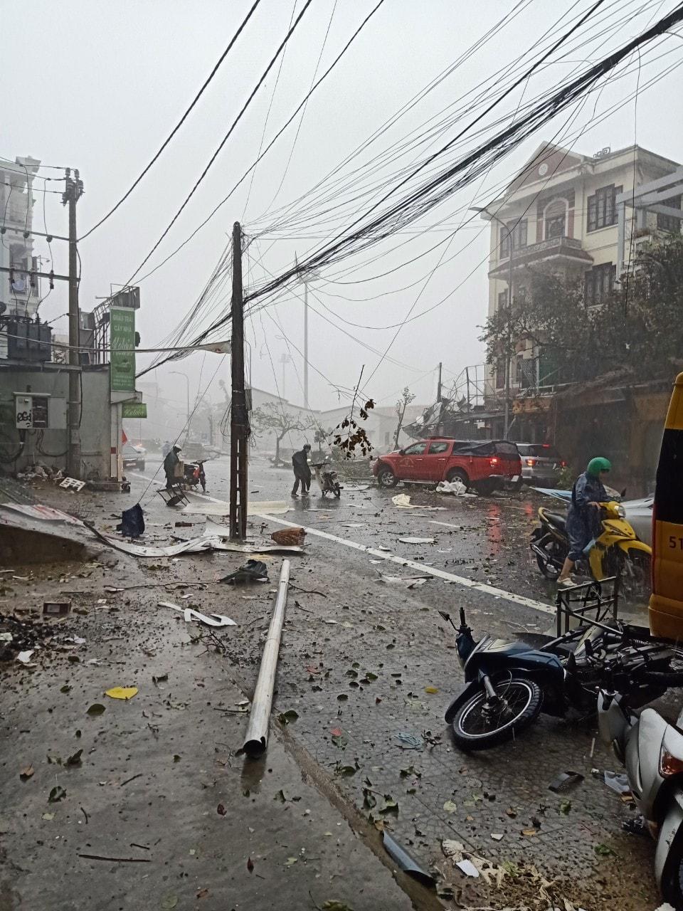 Clip: Bão số 5 đổ bộ, gió giật kinh hoàng khiến cây cối gãy la liệt trên đường, nhiều nhà dân tốc mái ở Thừa Thiên - Huế - Ảnh 1
