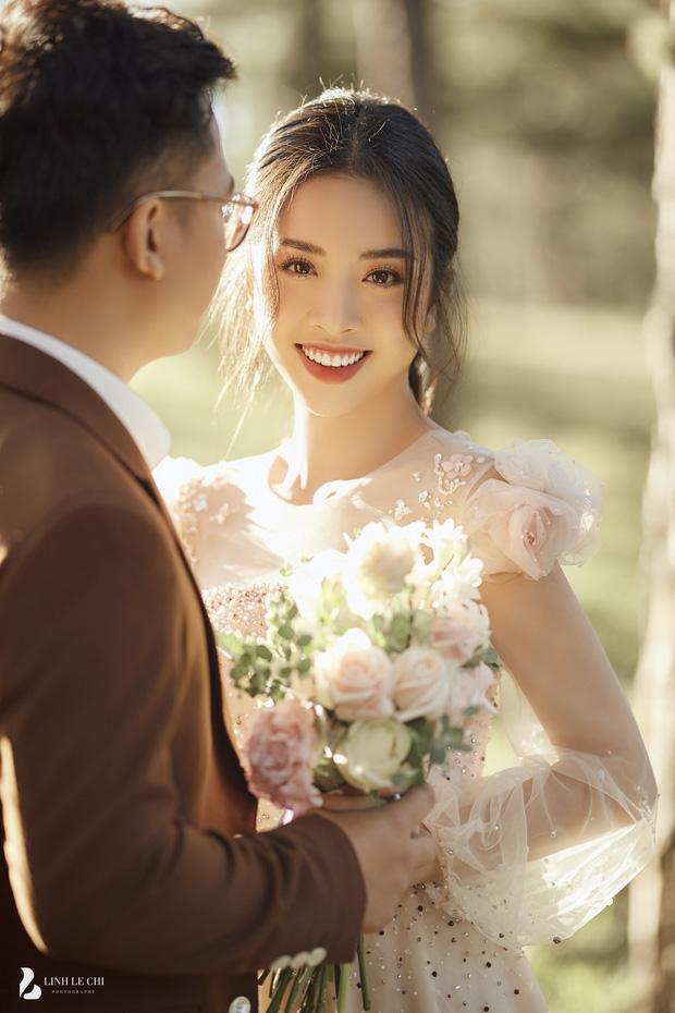Á hậu Thuý An tung ảnh cưới lung linh trước thềm hôn lễ: Nhan sắc cô dâu 'đỉnh của chóp', e ấp bên chú rể hơn 12 tuổi! - Ảnh 1