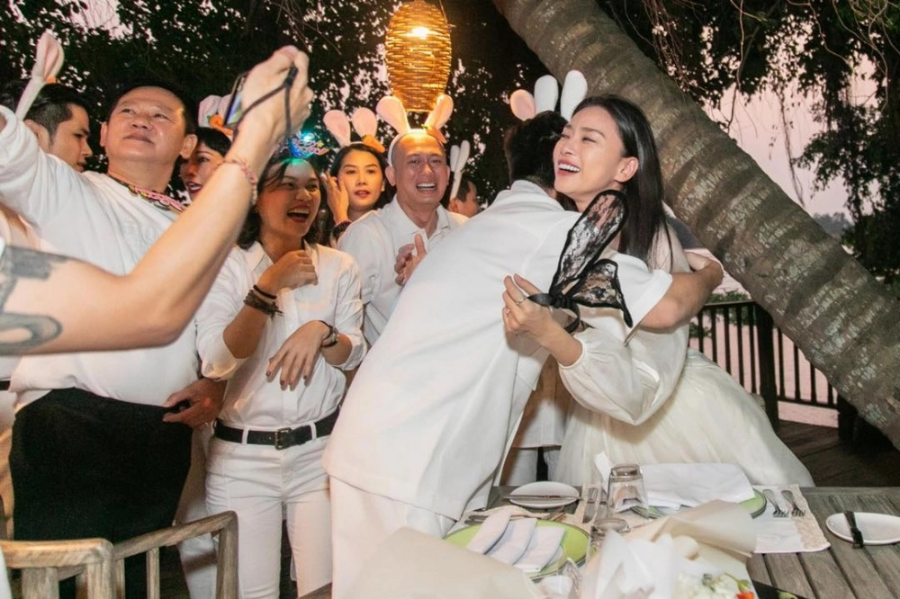 Vừa tình tứ trên du thuyền, Ngô Thanh Vân lại sánh bước với Huy Trần bên hội bạn thân - Ảnh 3