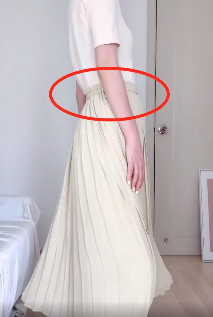 Nàng công sở chứng minh chân váy xếp ly đáng sắm vài cái trong tủ đồ, còn chỉ ra thêm chi tiết này khi mua để mặc thật thoải mái - Ảnh 6