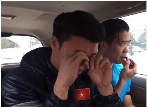 Lộ loạt ảnh cầu thủ U23 Việt Nam đắp mặt nạ, tô son dưỡng môi 'điệu' hơn cả các chị em - Ảnh 5