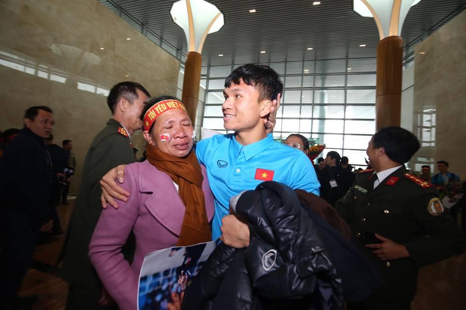 Tình yêu của cầu thủ U23 Việt Nam dành cho cha mẹ khiến cộng đồng mạng xúc động - Ảnh 4