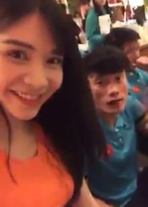 Hot girl Thanh Bi quấy rầy Tiến Dũng, Công Phượng ăn khuya sau hành trình gian khổ - Ảnh 2